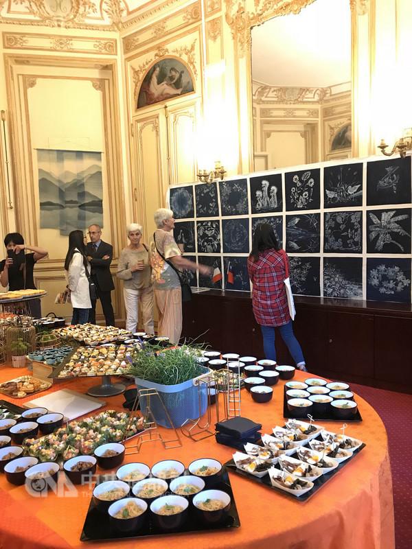 藉著法國「古蹟日」之機,駐法國台北代表處與宜蘭染工坊及工藝師、設計師合作規劃,展出天然染工藝作品,染料來自宜蘭的植物。中央社記者曾依璇巴黎攝  107年9月15日
