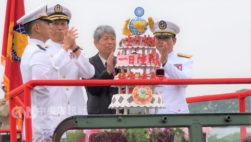海軍陸戰隊慶祝71週年隊慶暨鴻運作戰勝利60週年,15日在忠誠營區舉辦慶祝活動,由參謀總長李喜明上將(左2)主持。中央社記者程啟峰高雄攝  107年9月15日