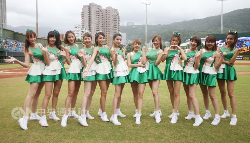 中華職棒中信兄弟專屬啦啦隊Passion Sisters(熱情姊妹)15日穿上新制服、大跳新單曲KissMe,讓球迷們體驗姊妹的熱情。中央社記者張新偉攝 107年9月15日