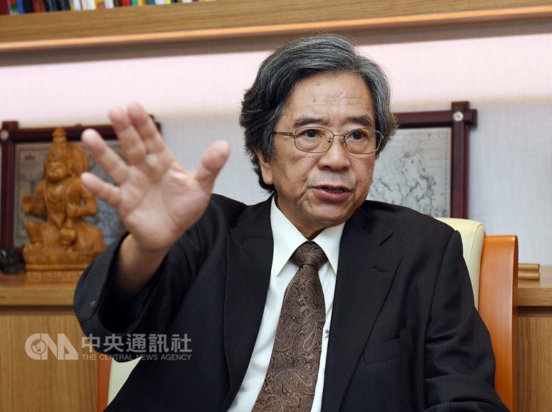 長年研究東南亞的台灣亞洲交流基金會董事長蕭新煌在 接受中央社專訪時表示,台亞基金會的5個重要計畫都 是「以人為本位」,與政府是互補的角色。 中央社記者施宗暉攝 107年9月15日