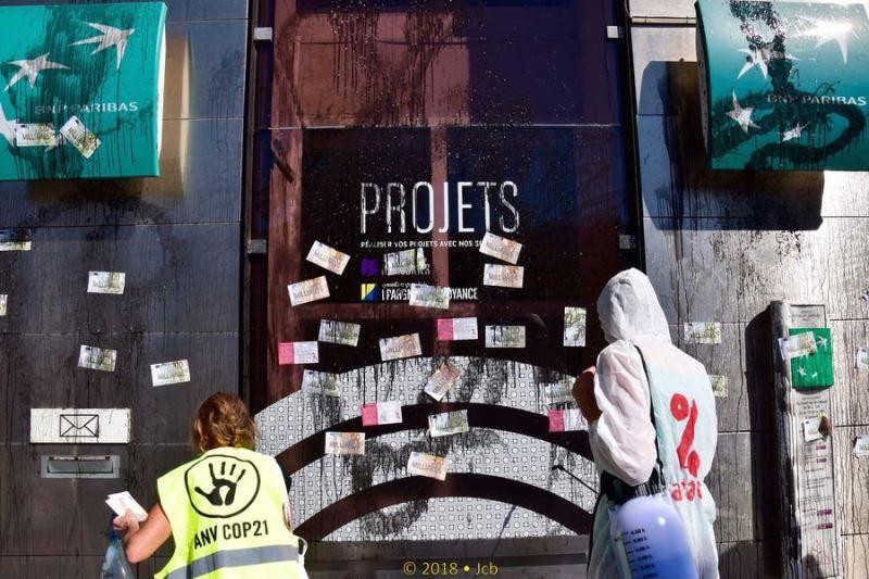 反全球化、反資本主義團體15日對著一家銀行玻璃門潑灑黑色肥皂液體,抗議銀行界10年來業務作為。(圖取自Attac France臉書www.facebook.com/attacfr/)