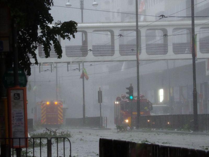 颱風山竹16日朝香港和中國沿岸前進。圖為消防車和救護車在香港市區奔走救護。(中新社提供)