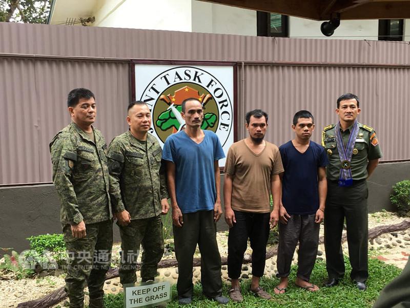 去年1月間被恐怖分子綁架到菲律賓南部島嶼的3名印尼籍人質(右2起3人),15日下午平安獲釋。(菲律賓西民答那峨島軍區WestMinCom提供)中央社記者林行健馬尼拉傳真 107年9月16日
