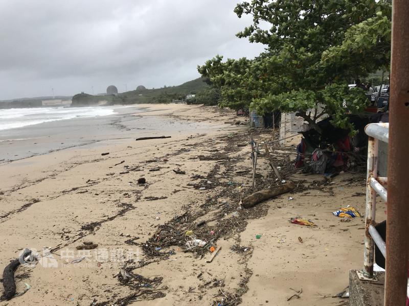 受颱風山竹外圍環流影響,屏東這2天風大雨大,墾丁地區多處海灘充滿漂流木。中央社記者郭芷瑄攝 107年9月16日