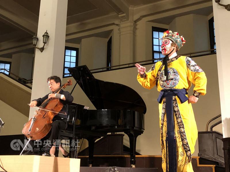 大提琴家張正傑(左)16日在台北中山堂舉行輪椅族音樂會,這是他左手受傷後首次復出公開表演。中央社記者魏紜鈴攝 107年9月16日