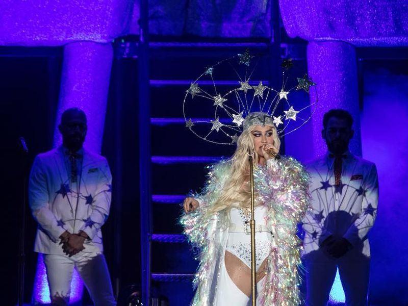 美國歌手「惡女」凱莎原預計16日晚在台北舉行演唱會,但開唱前身體不適送醫,臨時宣布取消開唱。(圖取自凱莎臉書facebook.com/kesha)