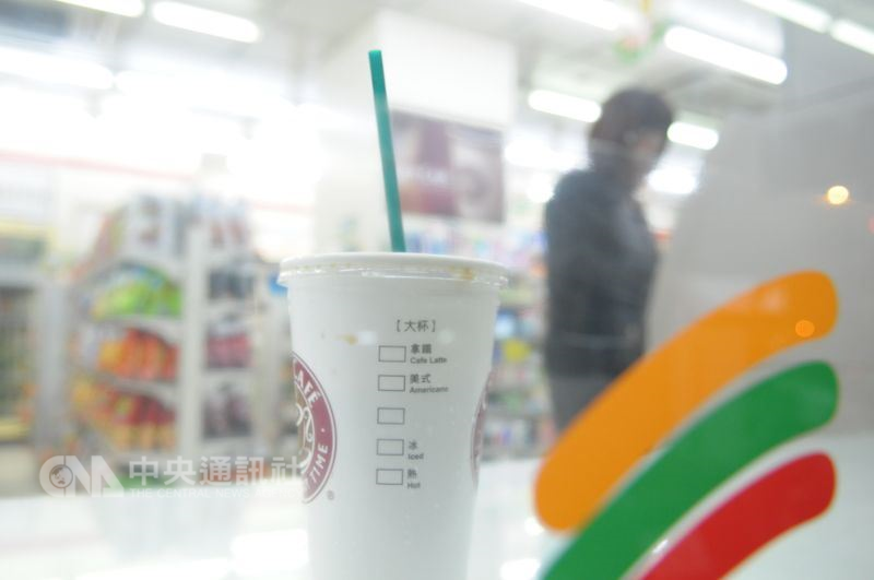 每天早上喝一杯咖啡,已是台灣許多人每天必然的習慣,這樣的畫面已成為城市日常。(中央社檔案照片)
