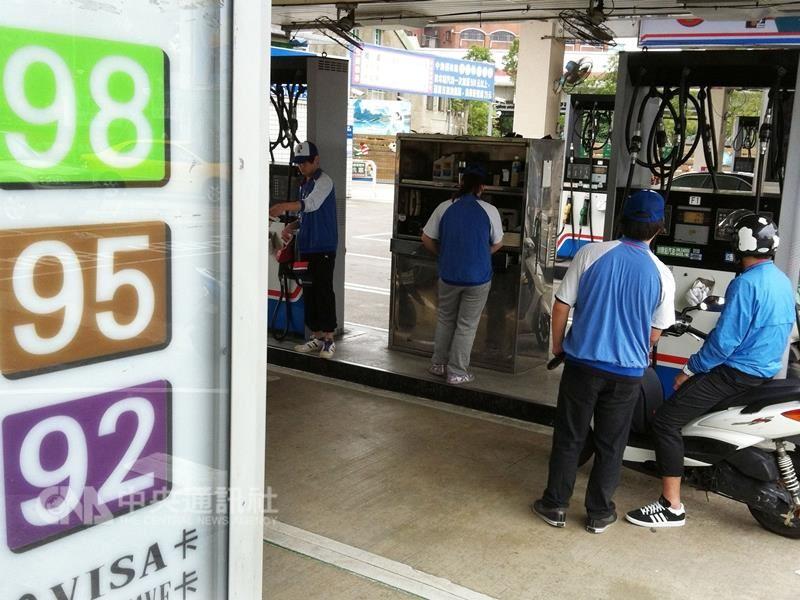 中油自17日凌晨零時起,調漲各式汽、柴油價格每公升各0.2元,95無鉛汽油漲至近4年新高點。(中央社檔案照片)