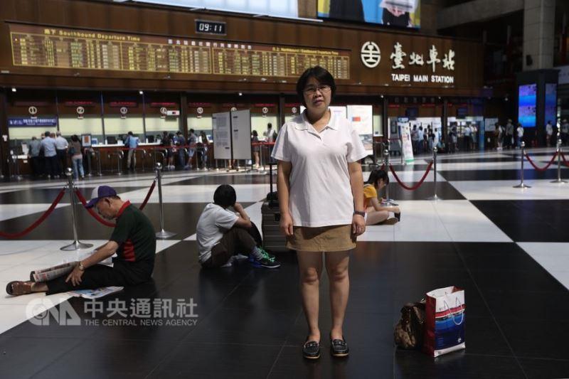 來台工作14年的泰國籍家庭看護工金粉,以「友誼無國界」獲得第2屆移工文學獎優選。(中央社記者吳家昇攝)