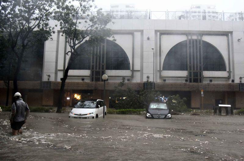 颱風山竹橫掃香港、澳門和廣東,多處傳災情。圖為靠海的香港杏花邨街道及商場被海水淹沒。(中新社提供)