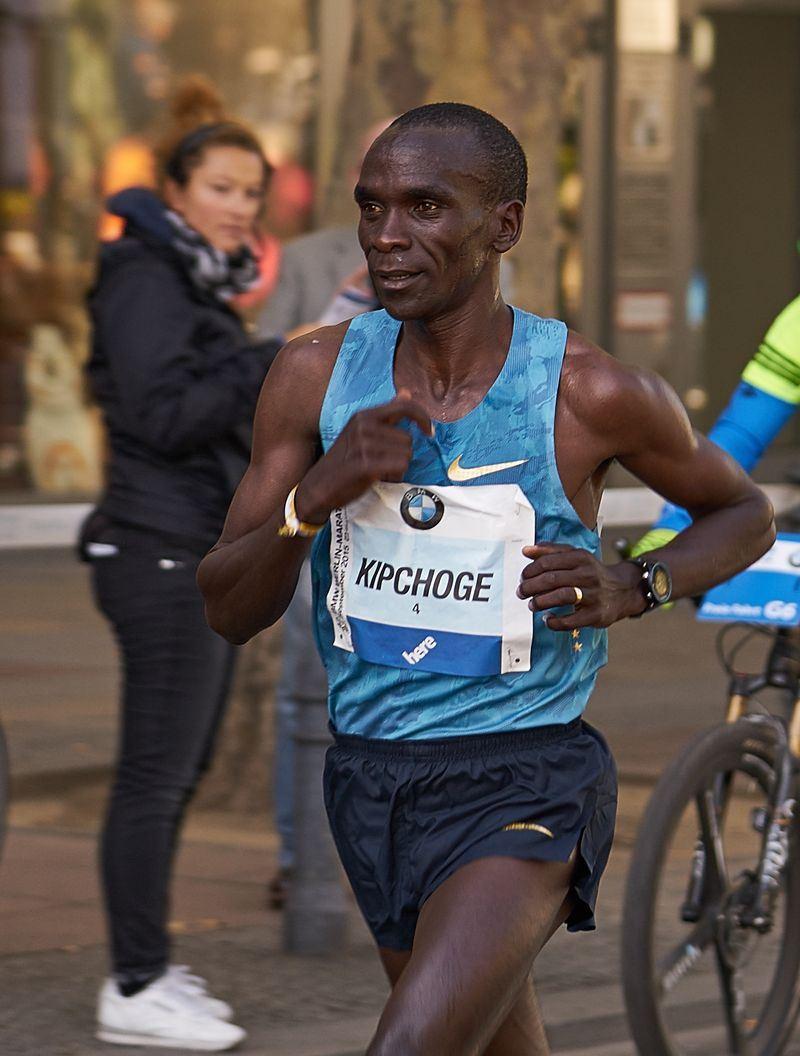 肯亞名將基普柯吉16日在柏林馬拉松大賽跑出2小時1分39秒佳績,把原有世界紀錄一口氣推進78秒。(圖取自維基共享資源,作者:Denis Barthel,CC BY-SA 4.0)