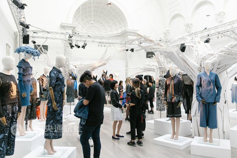 旅英設計師詹朴個人品牌APUJAN於倫敦時裝週舉行2019春夏系列時裝秀,除伸展台秀之外,也同步推出靜態展出。(APUJAN提供)中央社記者戴雅真倫敦傳真 107年9月18日