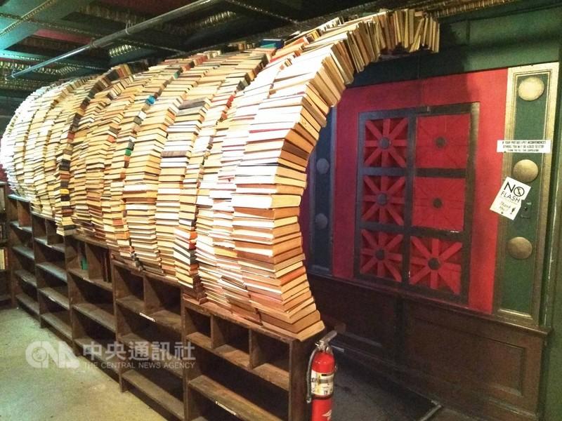 「最後的書店」二樓有座書塔打造的通道,是愛書人或遊客到訪,絕不會錯過的打卡點。中央社記者曹宇帆洛杉磯攝  107年9月20日