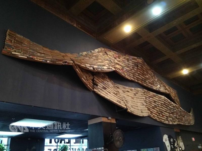「最後的書店」不僅藏書豐富,內部的裝潢更處處巧思,像是以鋼絲串起的紙質書像是兩隻悠游的鯨魚。中央社記者曹宇帆洛杉磯攝  107年9月20日
