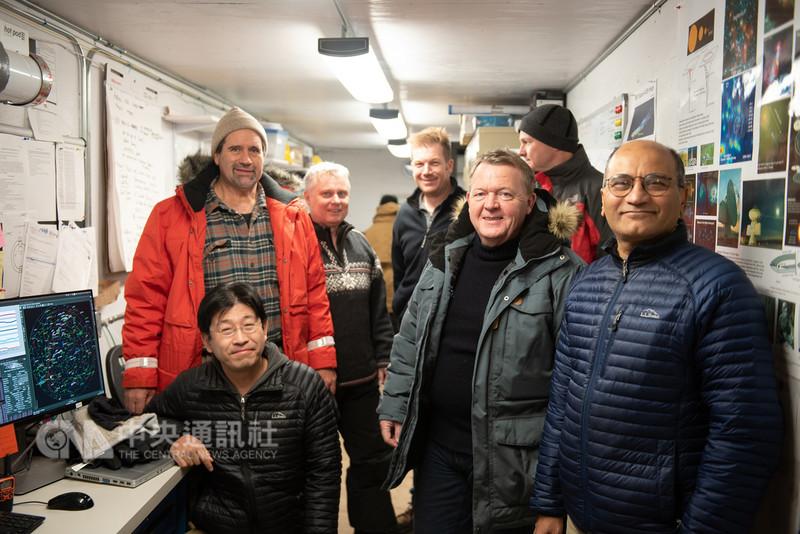 中研院與哈佛大學天文團隊合作,在格陵蘭架設望遠鏡,丹麥首相拉斯穆森(前右2)日前拜訪格陵蘭望遠鏡站台,談及未來與台灣研究團隊間的合作可能性,但目前尚未定案,這也是格陵蘭望遠鏡加入觀測以來,首名國家級元首到訪。(圖勒空軍基地提供)中央社記者余曉涵傳真 107年11月7日