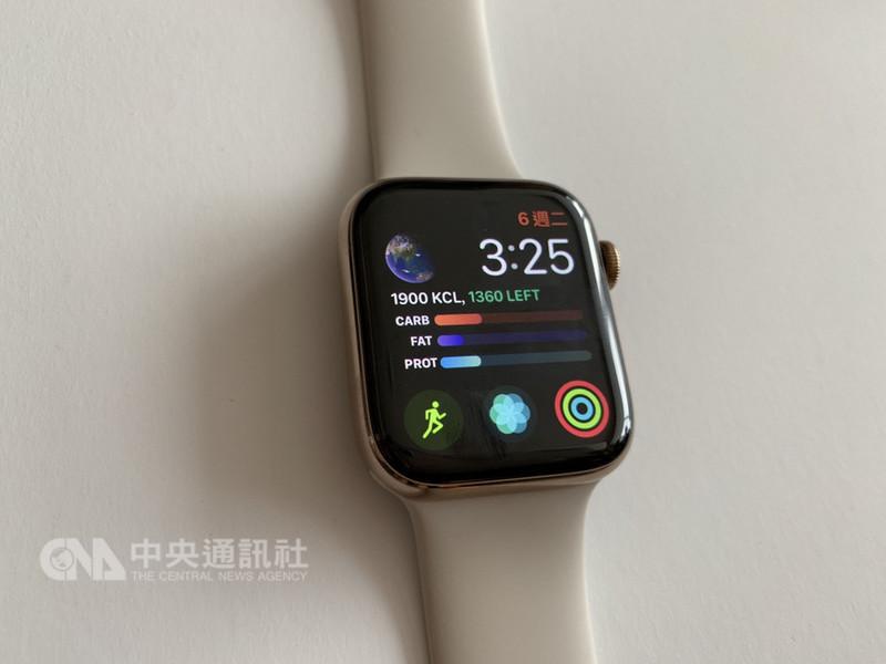 Apple Watch Series 4採用更窄的邊框,讓檢視面積增大超過30%,並採用低溫多晶氧化物(LTPO)這項全新顯示技術來提升能源效率。中央社記者吳家豪攝 107年11月8日