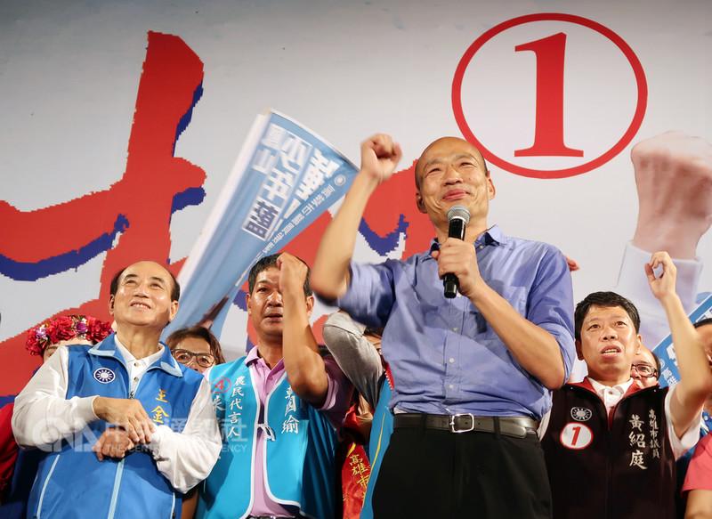 國民黨高雄市長候選人韓國瑜(前右)8日在旗山區舉行大型造勢晚會,現場聚集大批支持者熱情相挺,他也允諾當選後將全力拚經濟,讓高雄萬商雲集。中央社記者王淑芬攝 107年11月8日
