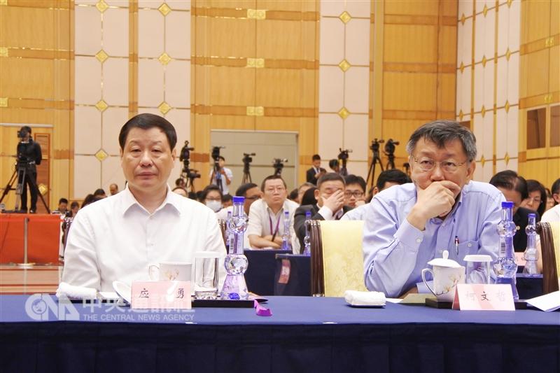 九合一選舉後舉辦的台北上海雙城論壇溝通準備悄悄啟動。圖為台北市長柯文哲(右)與上海市長應勇(左)在「2017台北上海城市論壇」上聆聽演講。(中央社檔案照片)