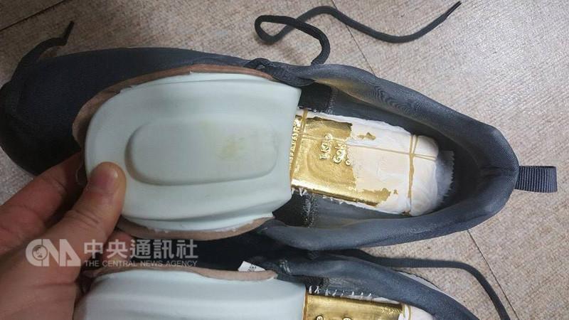 8名台灣籍旅客日前涉嫌夾藏走私23公斤黃金到韓國,經法務部調查局通報韓國海關,8名台籍旅客入境後遭逮捕,並在鞋子、皮包內查獲夾藏的黃金。(調查局提供)中央社記者邱俊欽桃園機場傳真 107年11月9日