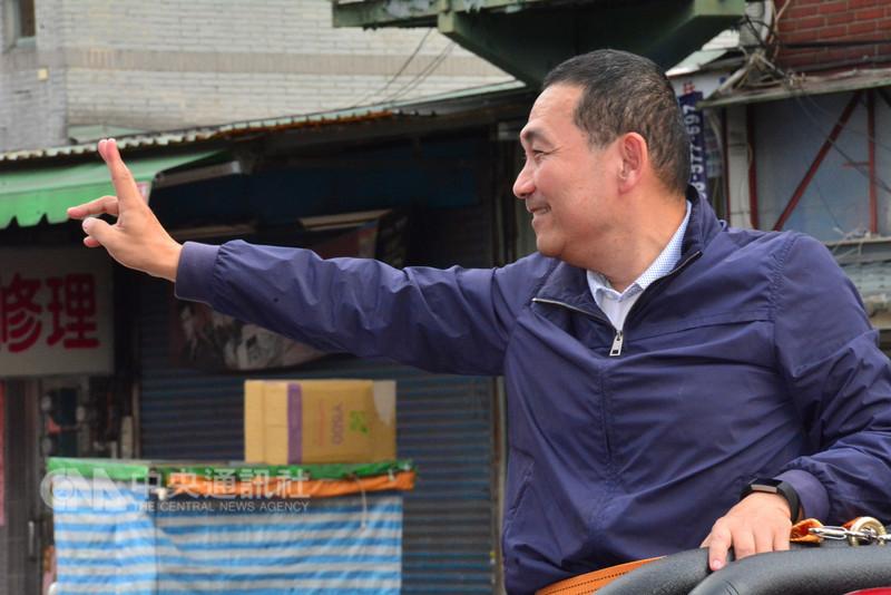 國民黨新北市長候選人侯友宜(圖)9日進行車隊掃街前受訪表示,他嫻熟市政,但許多建設都是以往前台北縣長蘇貞昌沒有做過的,對手應該多花一點時間準備辯論的進度。中央社記者黃旭昇新北攝 107年11月9日
