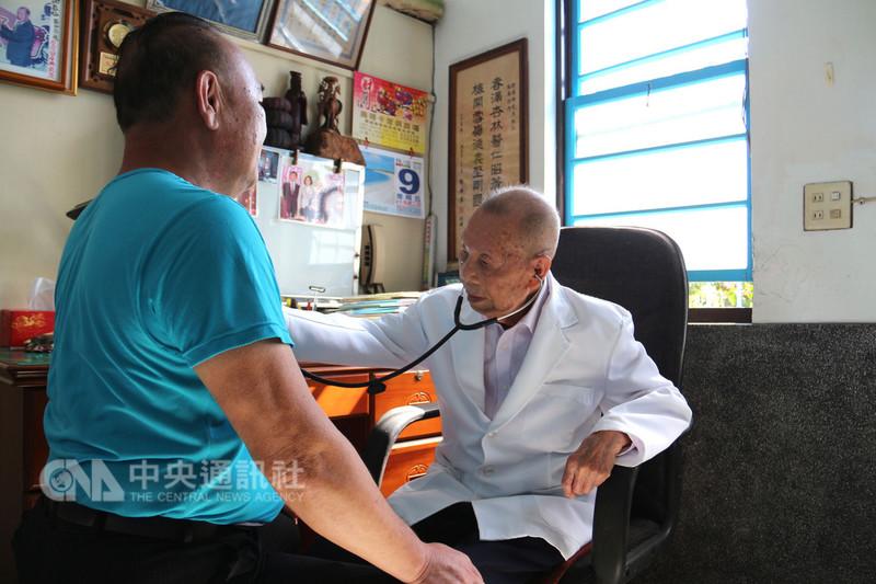 苗栗縣公館鄉福基診所97歲老醫師謝春梅(右),行醫至今74年,堪稱全台最年長執業醫師,長年奉獻地方醫療,多次獲頒醫療奉獻獎。中央社記者管瑞平攝 107年11月9日