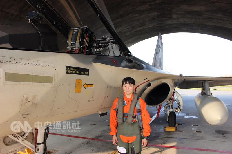 空軍第1作戰隊飛行官郭文靜中尉歷經一年的學、術科訓練,把壓力視為助力,9日正式完成換裝訓練,台海空防的戰力將再添空戰女英雄。(軍聞社提供)中央社記者游凱翔傳真 107年11月9日