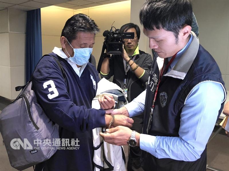 劉振強(左)涉嫌詐取裕台公司貨款新台幣12億元,8日晚間遭押解返台。(中央社檔案照片)