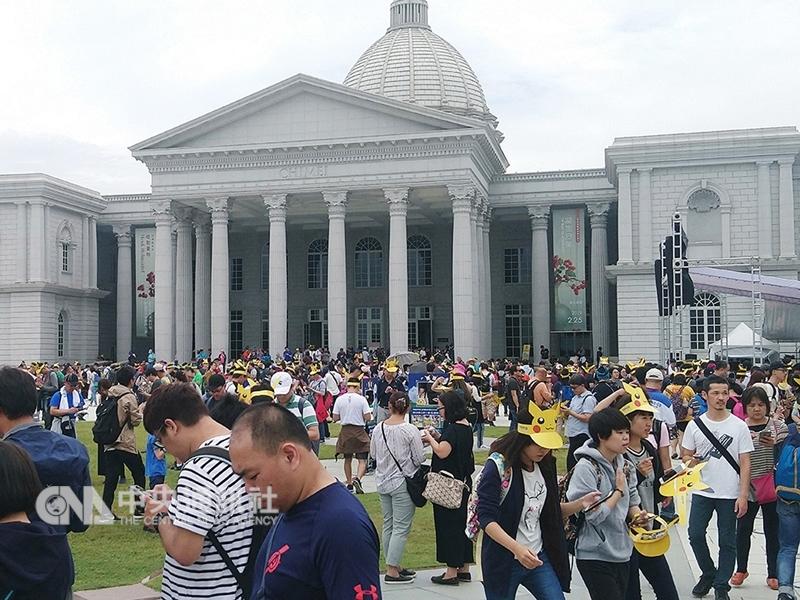 為期5天的Pokemon GO Safari Zone in Tainan 1日登場,國內外玩家湧進台南,主場所在的台南都會公園及奇美博物館等熱門景點更是擠爆。(中央社檔案照片)