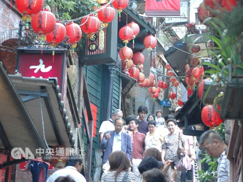 觀光局12日表示,因來台旅客結構改變,台北101及九份現在受歡迎程度超過故宮北院。圖為九份老街觀光人潮。(中央社檔案照片)