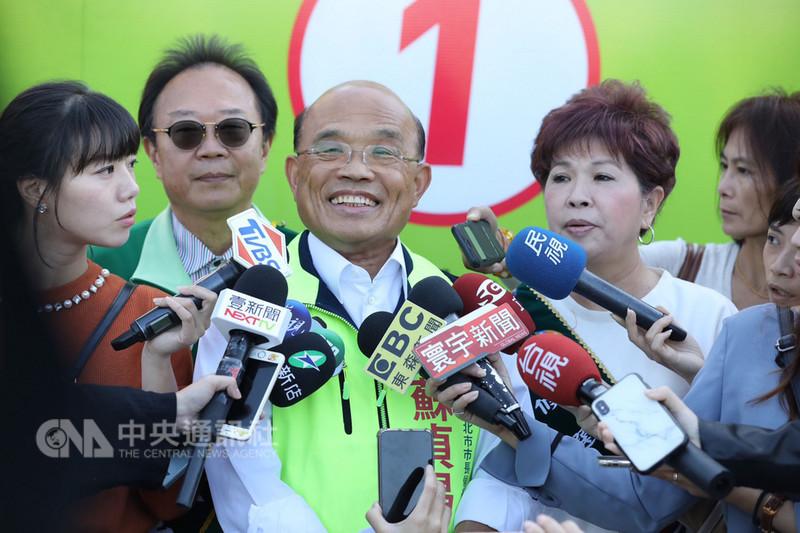 民進黨新北市長候選人蘇貞昌(左3)21日表示,在臉書推出馬拉松政策影片直播,希望向市民報告各項政見,爭取支持。(蘇辦提供)中央社記者王鴻國傳真  107年11月21日