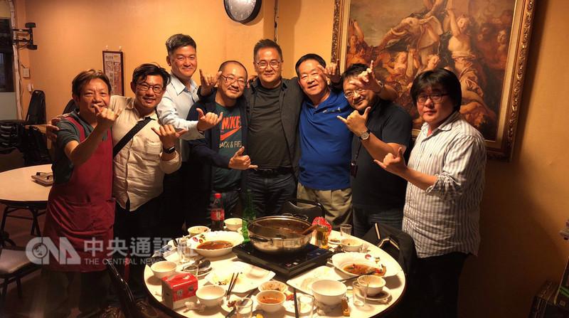 已故低音管音樂家張龍雲在音樂界的親友為他籌備一場「張龍雲紀念音樂會」,21日將登場,籌備會聚餐合影時,眾人比出6的手勢,表達追思綽號「卡六」的張龍雲。(張龍雲紀念音樂會主辦單位提供)中央社記者魏紜鈴傳真 107年12月4日