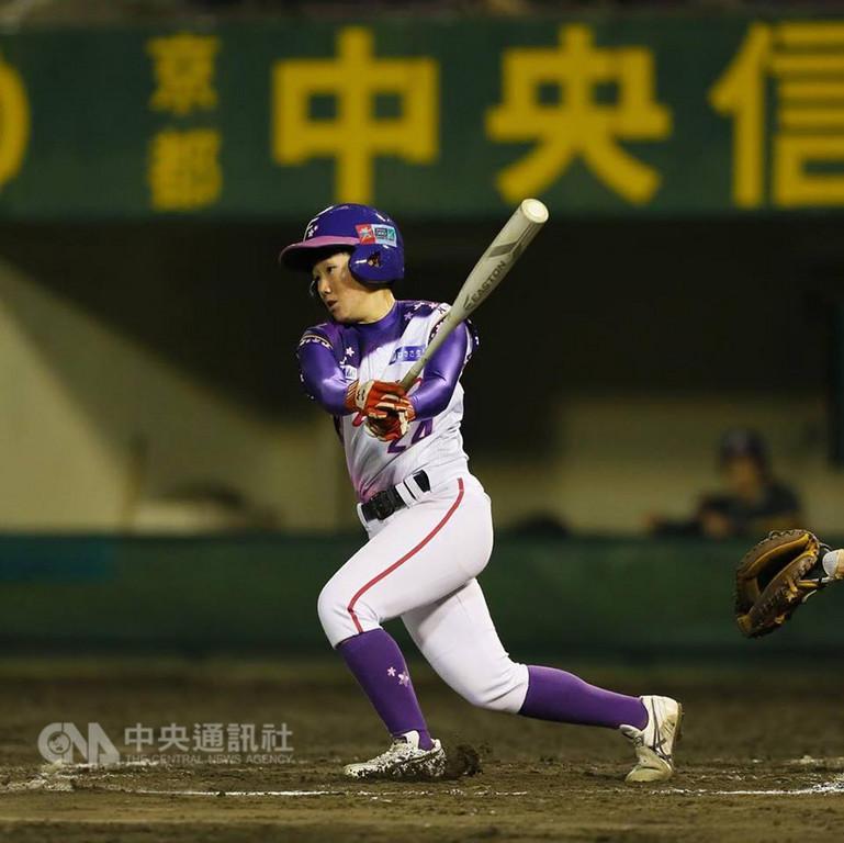 首批加盟日本女子職業棒球聯盟的台灣球員謝鈺瀅,今年球季收穫豐,明年也會續留日本,她並設下目標,「要成為讓教練安心派上場的選手」。(日本女子職業棒球聯盟提供)中央社記者謝靜雯傳真 107年12月6日