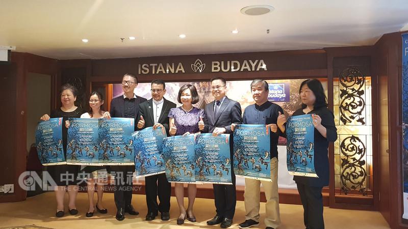 台灣雲門舞集創辦人兼藝術總監林懷民的新作「關於島嶼」,將在明年3月在馬來西亞吉隆坡演出,並成為東南亞的首演場。駐馬代表洪慧珠(右4)出席見證。中央社記者郭朝河吉隆坡攝 107年12月18日