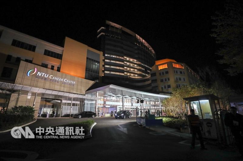 台大癌醫中心醫院在永齡健康基金會創辦人郭台銘簽約捐贈後經歷10年,19日舉行落成感恩晚會,預計在明年7月4日正式開院服務。中央社記者裴禛攝 107年12月19日