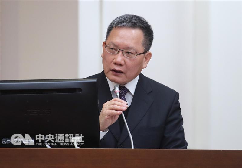 財政部長蘇建榮(圖)19日在立法院表示,是否取消進口貨物小額免稅門檻,目前已委外研究評估,尚無具體實施期程。但中長期來看,希望可與國外趨勢一致,以維持境外、境內電商公平競爭。中央社記者張皓安攝 107年12月19日