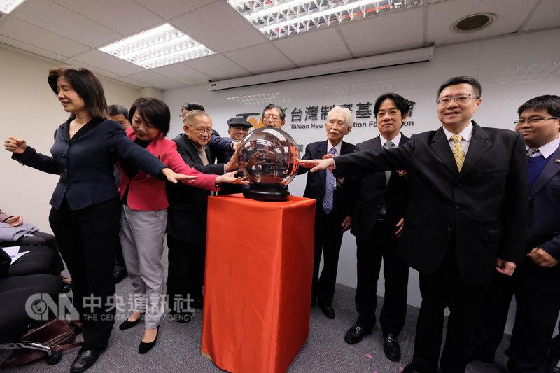 台灣制憲基金會開幕式23日在台北舉行,民進黨主席卓榮泰(右2)、前行政院長賴清德(右3)、台灣制憲基金會董事長辜寬敏(右4)等人出席,共同啟動儀式。中央社記者王飛華攝  108年1月23日