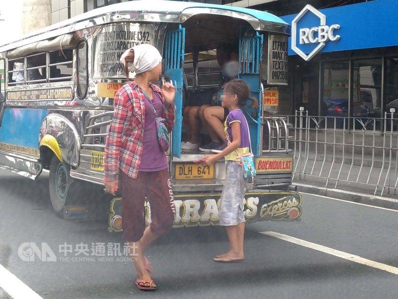 菲律賓一些貧童因沒有大人照顧而遊蕩街頭,有些人因此而誤入歧途,犯下扒竊、搶劫及其他罪行。圖為兩名兒童在菲國馬卡蒂市街頭向小公車乘客行乞。中央社記者林行健馬卡蒂市攝 108年1月23日