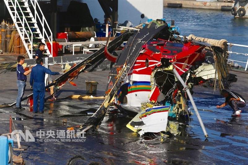 蘭嶼護理師蔡邑敏2018年2月協助患者後送任務,搭黑鷹救護直升機墜海身亡。圖為被打撈起的黑鷹直升機部分機體殘骸。(中央社檔案照片)
