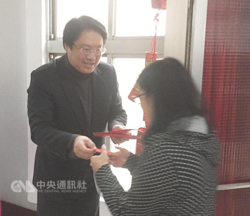 基隆市和宜蘭縣府11日上午舉行新春團拜,基隆市長林右昌(左)發送紅包給同仁。中央社記者王朝鈺攝  108年2月11日