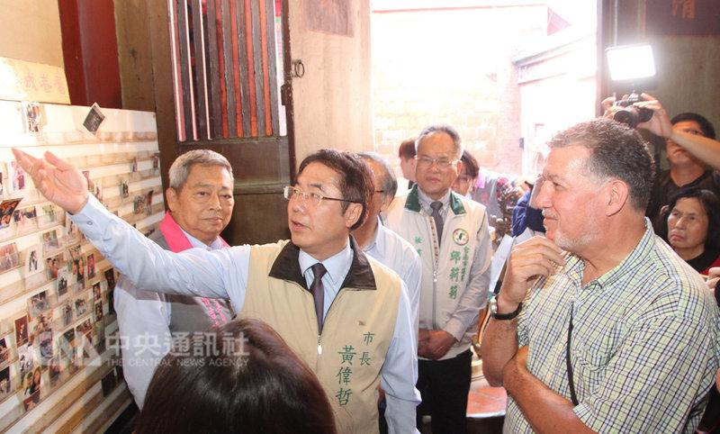 台南市長黃偉哲(左2)11日帶著幾名外籍人士到中西區的祀典大天后宮拜月老,體驗道地的求姻緣習俗,並用英語為他們翻譯、導覽。中央社記者楊思瑞攝 108年2月11日