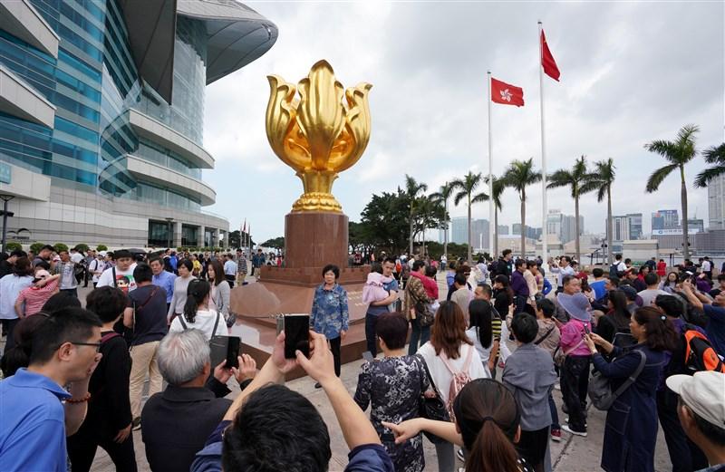 受到高速鐵路和港珠澳大橋去年底相繼開通的刺激,今年春節赴香港和澳門的陸客人數大增。(檔案照片/中新社提供)