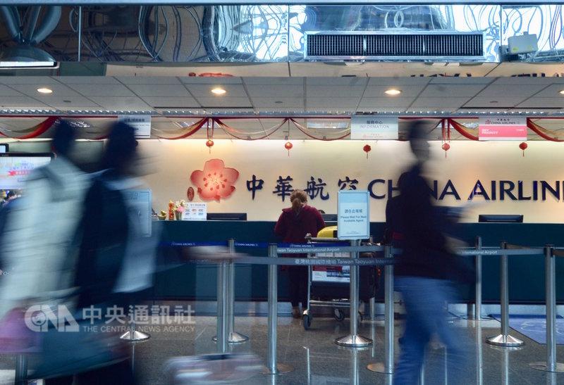 華航機師罷工事件持續延燒,桃園國際機場公司12日表示,依據華航提供最新資料顯示,桃機13日華航班機共計有21架次取消,預估影響旅客共3136人。中央社記者邱俊欽桃園機場攝 108年2月12日