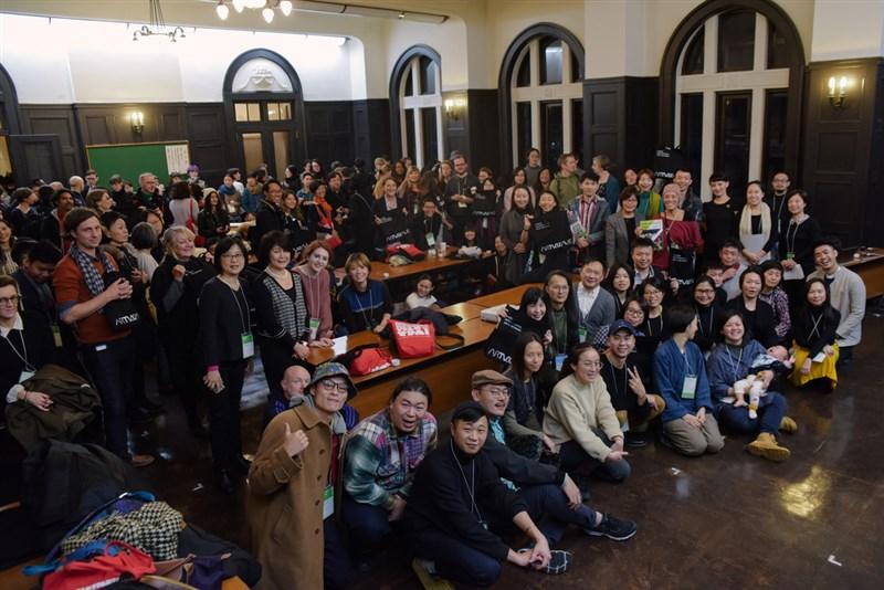 國藝會12日晚間在「日本橫濱表演藝術大會(TPAM)」舉行「ARTWAVE—台灣國際藝術網絡平台」歡迎茶會,吸引上百名國際藝術家、策展人與場館代表共襄盛舉。(國藝會提供)中央社記者汪宜儒傳真 108年2月12日