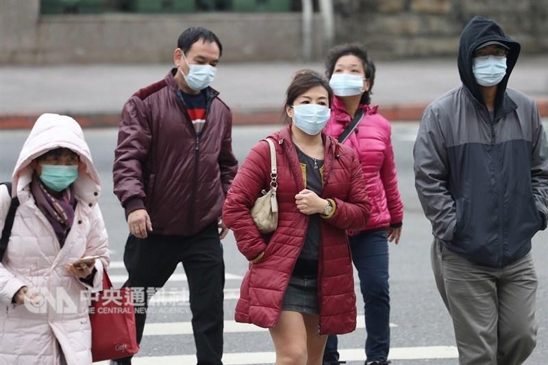 疾管署12日指出,本流感季重症個案高達475人,是近5年同期第二高,流感疫情恐延燒至2月底。圖為民眾戴上口罩預防流感。(中央社檔案照片)