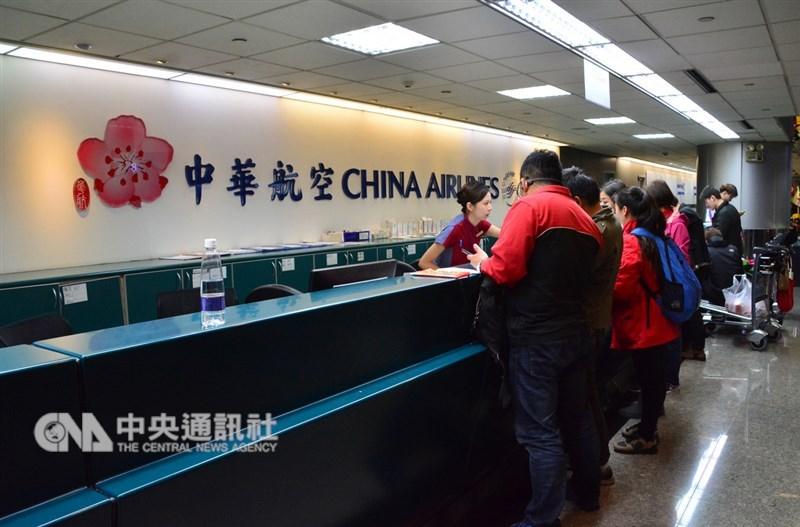 華航機師持續罷工,機師工會12日要求改從凌晨1時開始協商,華航跟交通部同意。(中央社檔案照片)