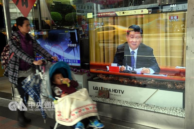 美國學界12日發表報告指出,中國逼迫台灣接受統一,美方應嚇阻北京對台軍事侵略。圖為台灣街頭電視播放中國國家主席習近平談話轉播。(中央社檔案照片)