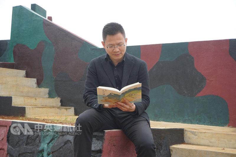 23年前在金門烈嶼擔任排長的劉文哲,20日發表新書「駐在南山頭」,他說,對金門有難以割捨的情感,南山頭是個神奇美好之地,點點滴滴都是回憶。中央社記者黃慧敏攝 108年2月20日