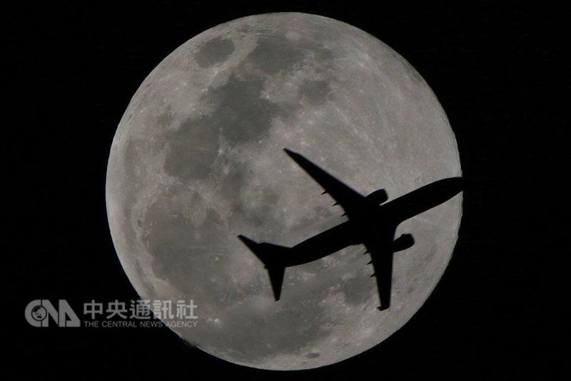 嘉義縣國小退休校長張文良19日晚間在住家拍攝超級月亮時,剛好有飛機入鏡,形成美麗剪影,他特別PO上臉書,與網友分享。(張文良提供)中央社記者黃國芳傳真 108年2月20日