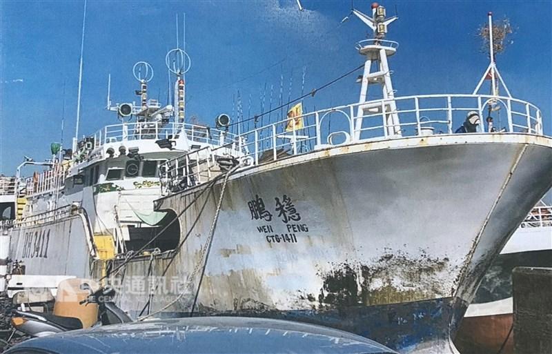 屏東東港籍大型漁船「穩鵬號」20日凌晨發生海上喋血 ,一名菲律賓船員疑似持刀砍死一名船員,另一名船員重 傷,其他被迫跳海船員由友船救援中。 (東港區漁會提供) 中央社記者郭芷瑄傳真 108年2月20日