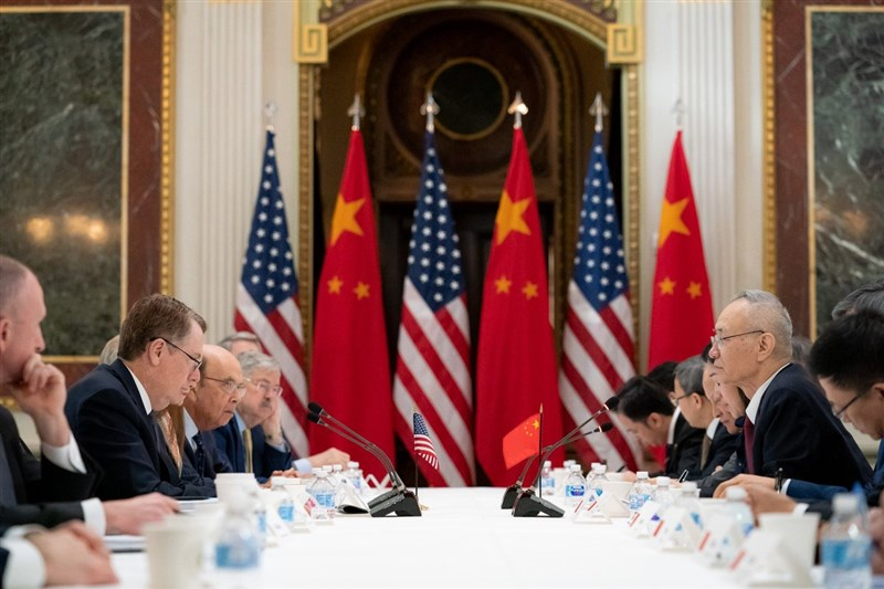 中國國務院副總理劉鶴(右2)率團再次訪美,21日上午與美國貿易代表萊特海澤(左2)率領的美方談判人員再次交手。(圖取自twitter.com/ustraderep)